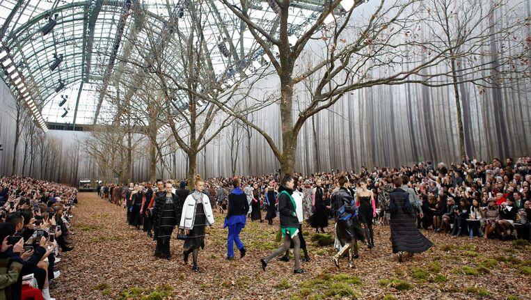 Het decor van de show van Chanel: een nagebouwd bos in de grote zaal van het Grand Palais in Parijs Beeld ap