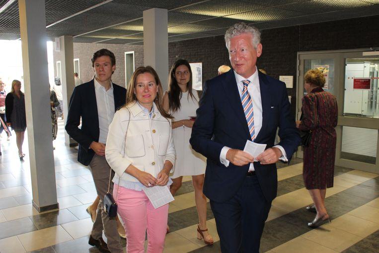 Pieter De Crem met echtgenote Caroline, en de kinderen achterop, zondagvoormiddag bij de stembusgang.