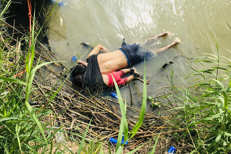 De vader en dochter spoelden aan bij de oever van de rivier Rio Grande.