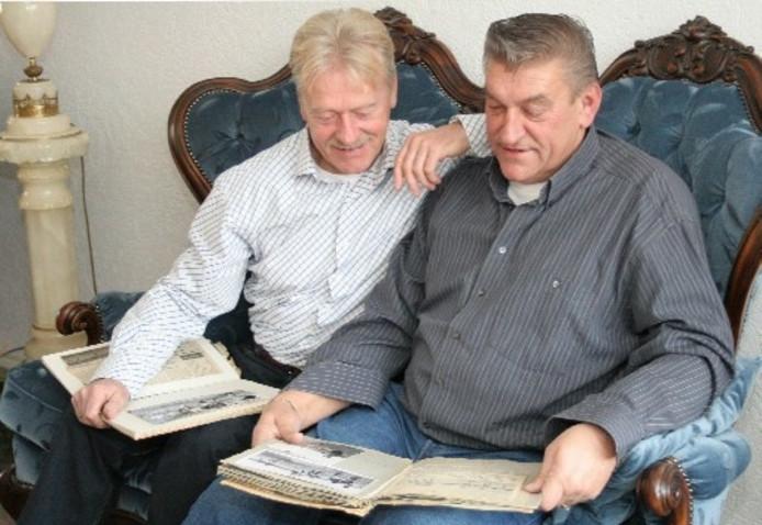 Puck van der Horst (links) en Jan de Vries bladeren in de plakboeken over het Zwolse profvoetbal in de jaren zestig. Foto MONIQUE KRUIZINGA