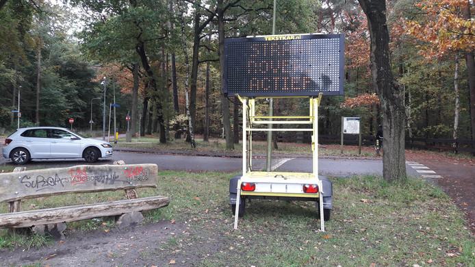 De politie waarschuwt langs de Reeshofdijk met een matrixbord voor straatrovers.