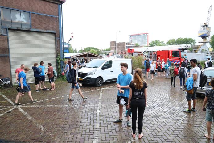 Aan de Schieweg in Delft is rond 18:30 uur brand uitgebroken in een bedrijfshal.