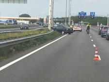 Meerdere auto's botsen op elkaar op A27 bij Nieuwendijk