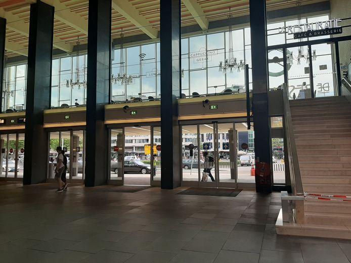 Station Eindhoven Centraal. De restauratie boven de ingang krijgt met Coffeelab  een nieuwe uitbater.