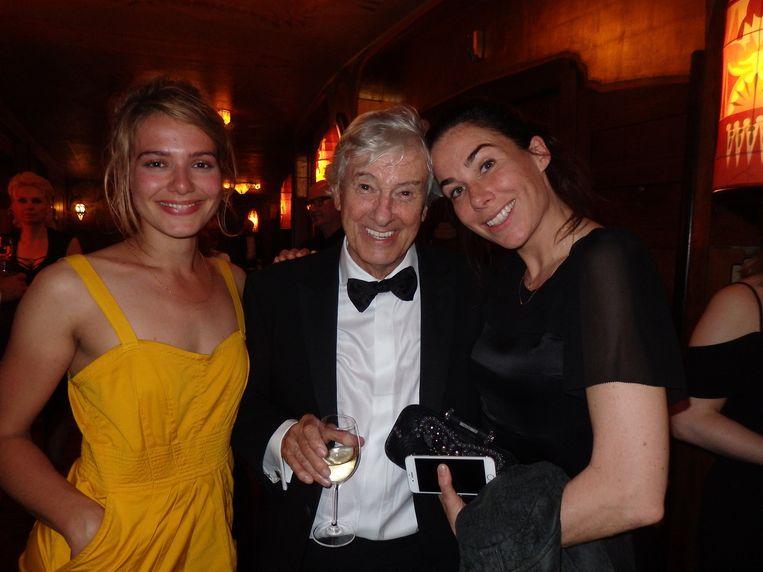 Als de actrices Sallie Harmsen (l) en Halina Reijn op een avond als deze Paul Verhoeven omarmen, zeg je niet: 'Even uit beeld graag, u staat er al een keer op.' Beeld Schuim