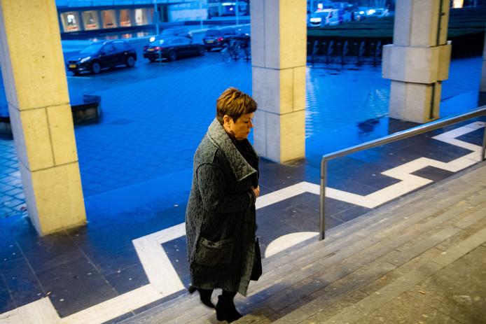 Ria Derks betreedt het Paleis van Justitie in Arnhem.
