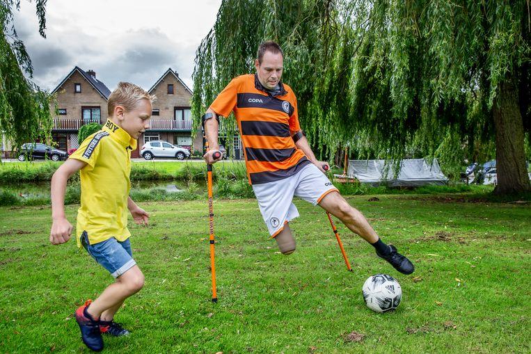 Van Ingen tijdens partijtje voetbal met zijn zoon Tyler. Beeld Jean-Pierre Jans