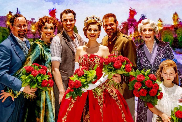 De cast tijdens het slotapplaus van de premiere van de musical Anastasia in het AFAS Circustheater.