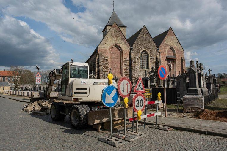 In april startten de werken voor de dorpskernvernieuwing van Reningelst. Veel inwoners hebben het gevoel dat er niet naar hen geluisterd werd.