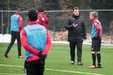 Remco ten Hoopen geeft uitleg als assistent-trainer bij NEC.