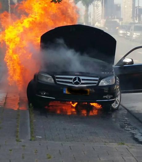 Mercedes gaat voor ogen eigenaar in vlammen op