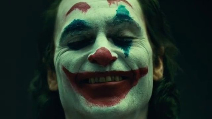 Joaquin Phoenix als The Joker.