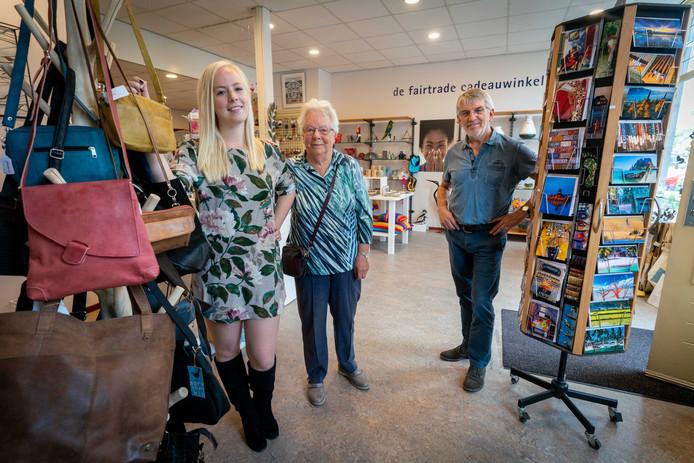 Kiki Peters, mede-oprichtster Liesbeth van der Toorn en voorzitter Jacques Buurman in de Wereldwinkel in Elst, die komend weekend het veertig jarig bestaan viert.