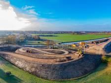 Enorm zandlichaam in het landschap: de slingerbrug van Elst krijgt vorm