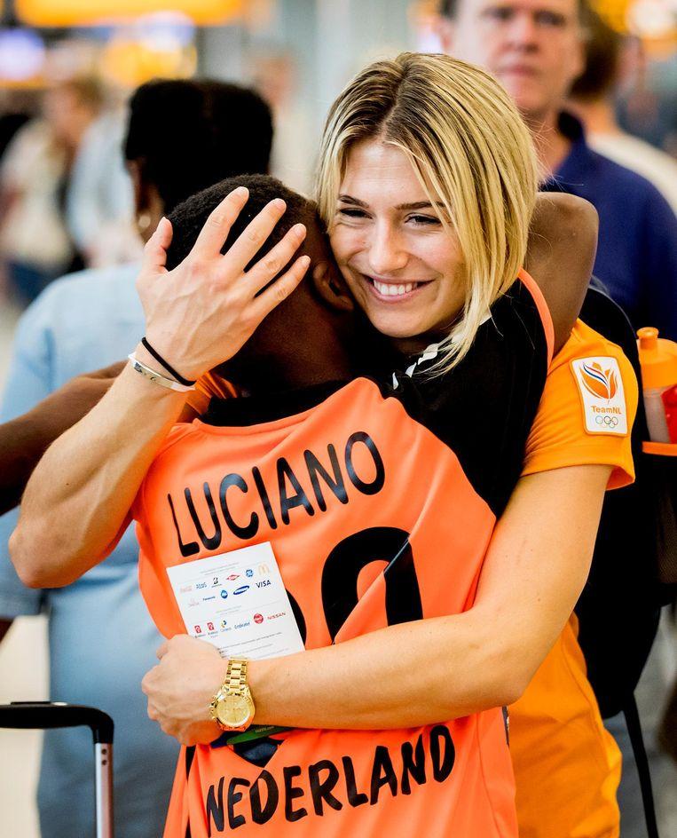 Estavana Polman in de vertrekhal van Schiphol. Het Olympisch Team, met het grootste deel van de Nederlandse sporters die uitkomen op de Olympische Spelen, vertrekt met een speciaal geverfd toestel van KLM naar Rio de Janeiro. Beeld ANP