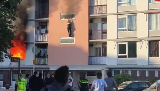 Politieman Zefanja Engberts probeert via een raam te ontkomen aan het vuur in een appartement aan de Marshallaan in Utrecht. Hij kan niet anders dan zich laten vallen, waarbij hij beide benen zwaar verwondt.