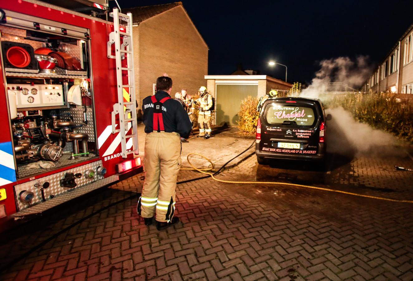 Autobrand aan de Goudenregenstraat in Dordrecht.