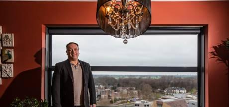 Met panoramaraam kijkt Ton uit op stad waar hij werd geboren, maar bouwplannen brengen dat in gevaar