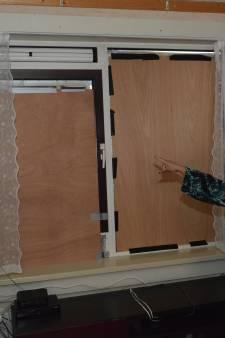 Buurtbewoners Duindorp hakken ramen van Marina in met bijl
