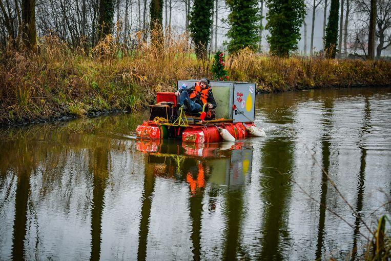 Nicola Dejaeghere vaart met een vlot van Wevelgem naar Wachtebeke voor de Warmste Week.