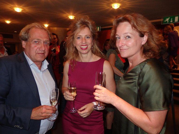 Suzanna Jansen (m), nazaat en auteur van de bestseller Het Pauperparadijs. Met theaterproducent Gerard Tonen en schouwburgdirecteur Wybrich Kaastra uit Drenthe Beeld Schuim