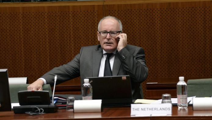 Minister Timmermans telefoneert tijdens een overleg met de EU