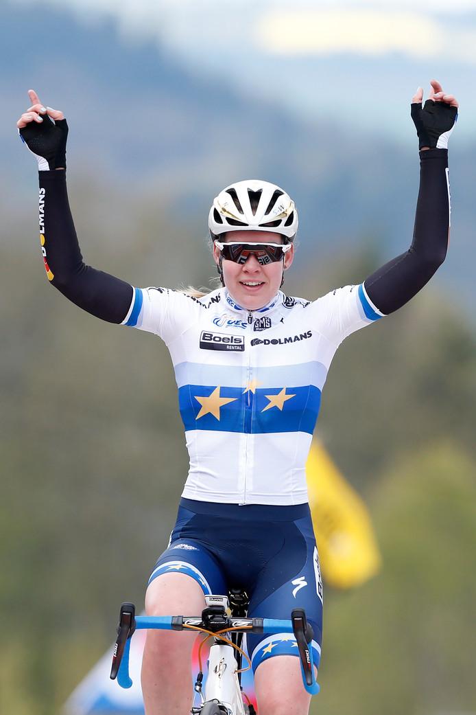 Anna van der Breggen viert haar overwinning op de Muur van Huy tijdens de wielerklassieker de Waalse Pijl