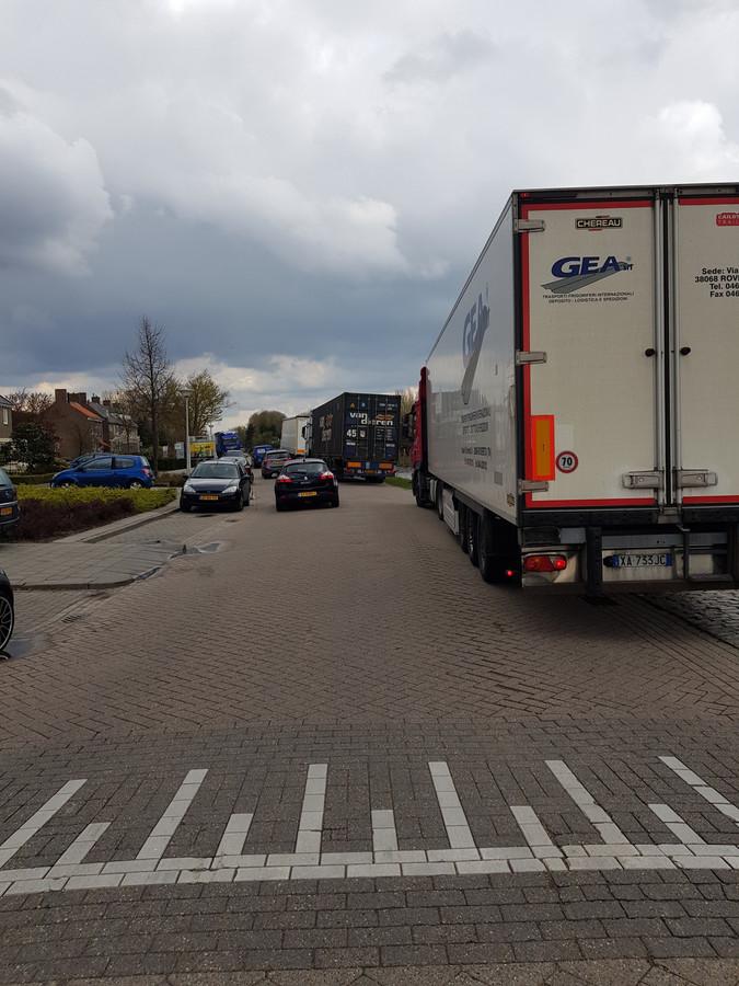 Voorbeeld van een op straat geparkeerde vrachtwagen.