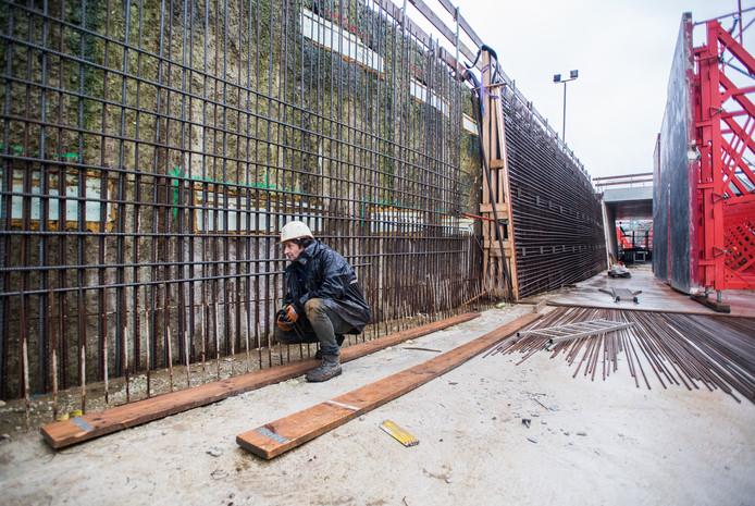 Betonvlechten, alvorens de betonnen binnenmuur wordt gestort.