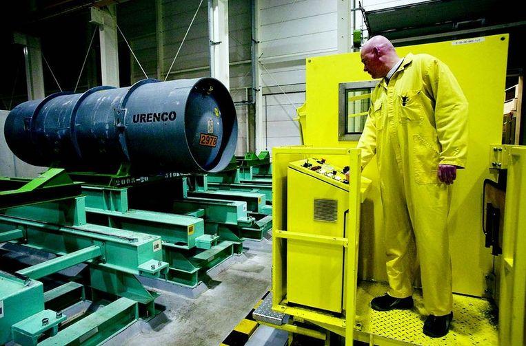 De Pakistaan Abdul Khan verdween 36 jaar geleden mét de geheimen van de ultracentrifuges waarmee Urenco in uranium verrijkt tot brandstof voor kerncentrales. Je kunt er ook atoombommen mee maken. Khan bezorgde Pakistan zijn bom en verpatste zijn kennis voor eigen gewin aan Iran, Libië en Noord-Korea. Dat overkomt Almelo niet weer! De bewaker stuurt na twee maanden twee bruikbare foto's na. Foto © Rob Huibers Beeld