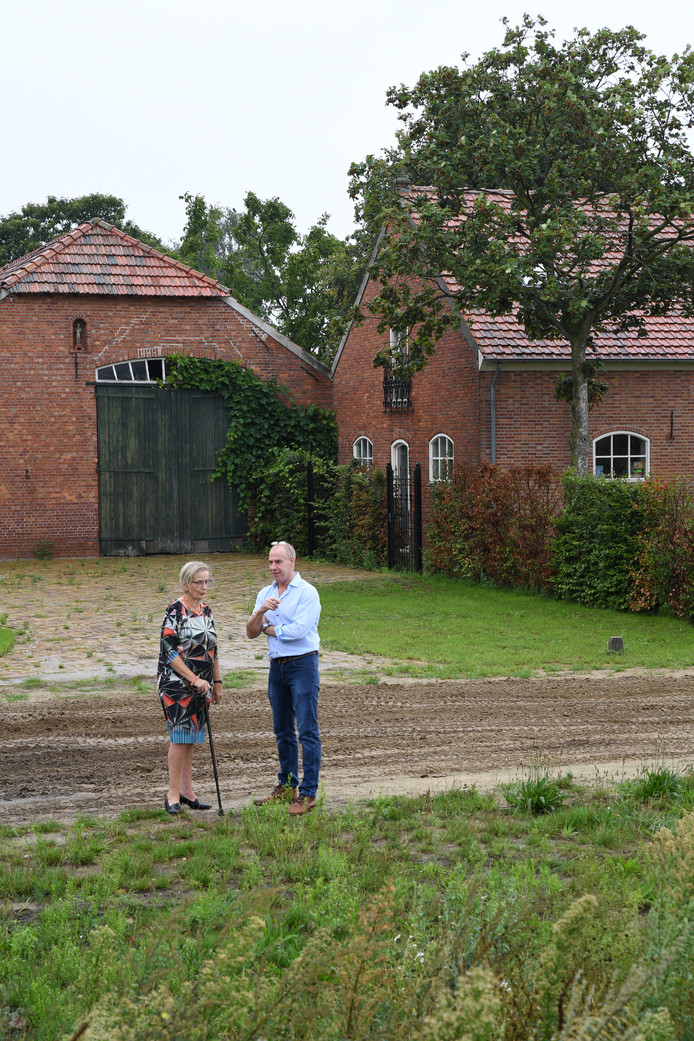 Jeanne Remeijsen-Wijgaarts met haar zoon William Snollaerts bij de boerderij van haar man Cees.