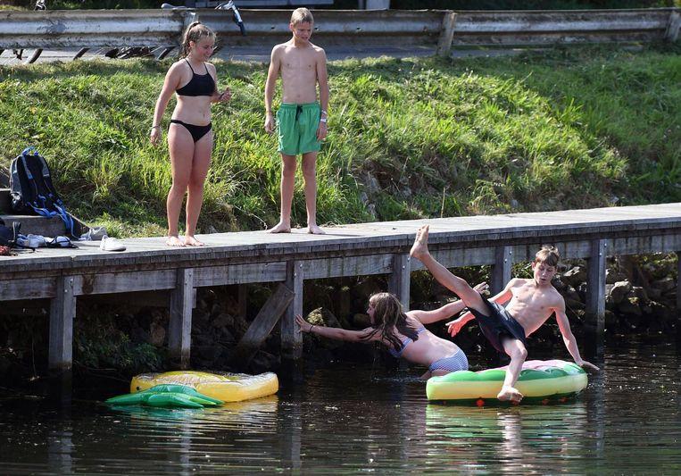 Archiefbeeld van zwemmers in de Vaart. Het mag niet, maar het is bij hitte soms moeilijk tegen te houden.