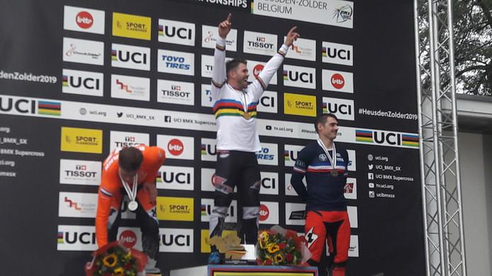 Twan van Gendt wil op het podium in Zolder weten dat hij wereldkampioen is. Links nummer twee Niek Kimmann. Rechts bronzen Sylvain Andre uit Frankrijk.