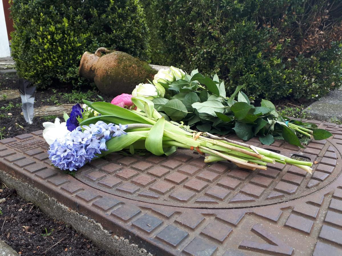 Er worden bloemen gelegd bij het huis van het slachtoffer.