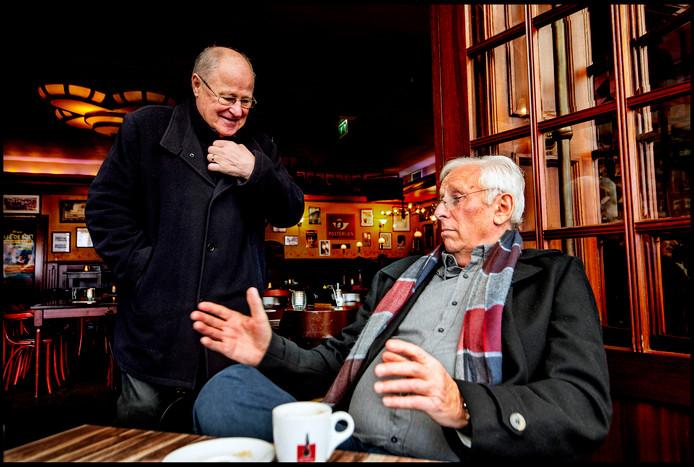 Rinus aan de praat met een bezoeker van cafe de Bult.