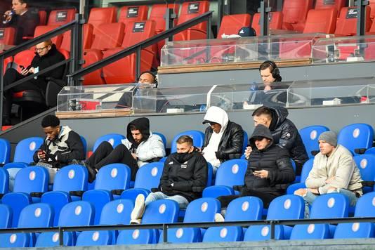 De geblesseerde spelers van Feyenoord afgelopen zondag op de tribune bij de thuiswedstrijd tegen FC Utrecht.