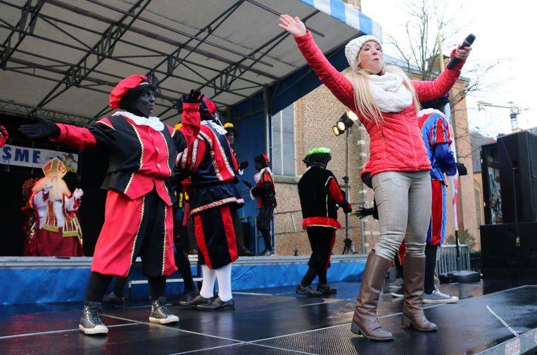 Kathleen Aerts (ex-K3), de Sint en zijn zwarte pieten op het podium in Turnhout.