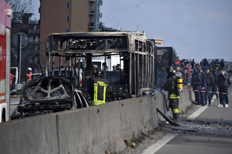 De chauffeur stak de bus in brand bij een politieblokkade in een buitenwijk van Milaan. Beeld EPA