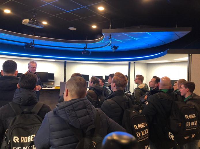 De spelers van Rijen kregen een rondleiding op de KNVB Campus.