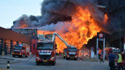 Zware industriebrand net over de grens: inwoners Mol, Lommel en Arendonk moeten ramen en deuren sluiten