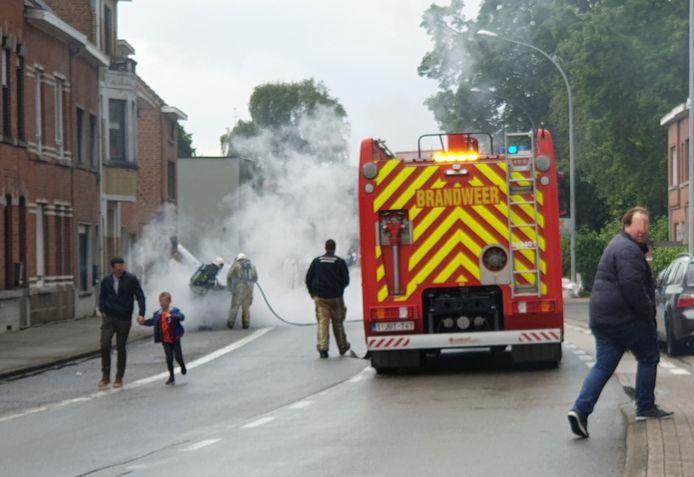 Het motorcompartiment van de wagen brandde volledig uit.