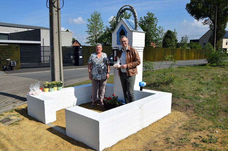 Lief Anthonis en Wim Caeyers bij de vernieuwde kapel in Achterbos.