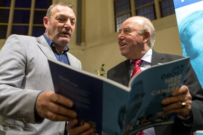 Oud-journalisten Adri van Drielen en Steven ten Veen maakten een paar jaar geleden een boek over het werk van Jan Drost (rechts).