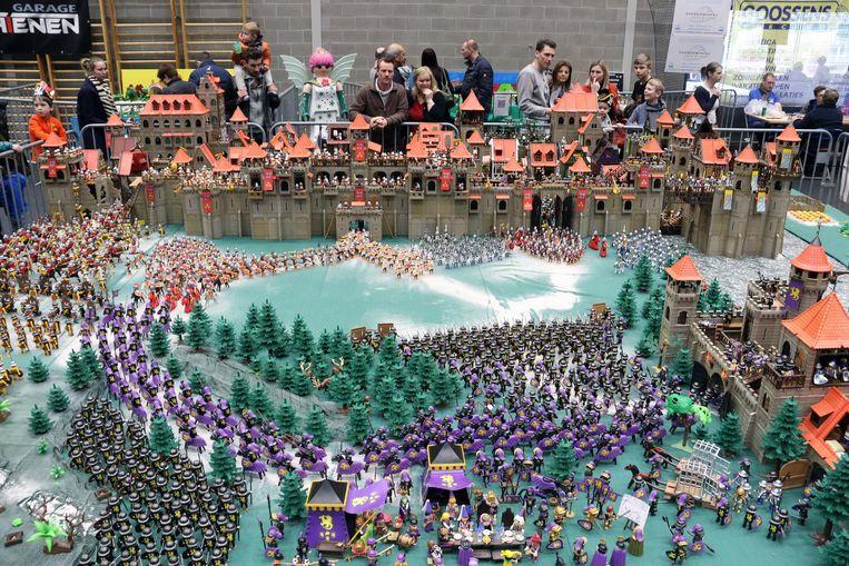 Het indrukwekkendste diorama: ruiters en soldaten verwikkeld in een gigantisch speelgoedgevecht.