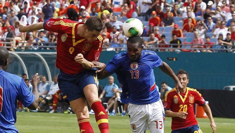 Fernando Torres (Spanje) in duel met Cobstant Monuma (Haïti). Beeld null