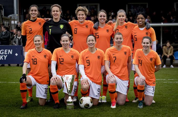 Elftalfoto van de ex-Oranje Leeuwinnen.