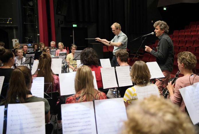 Harmonie Crescendo Gramsbergen-KNA Hardenberg repeteert onder leiding van Wim Booij in de grote zaal van De Voorveghter met de Limburgse troubadour GéŽ Reinders.