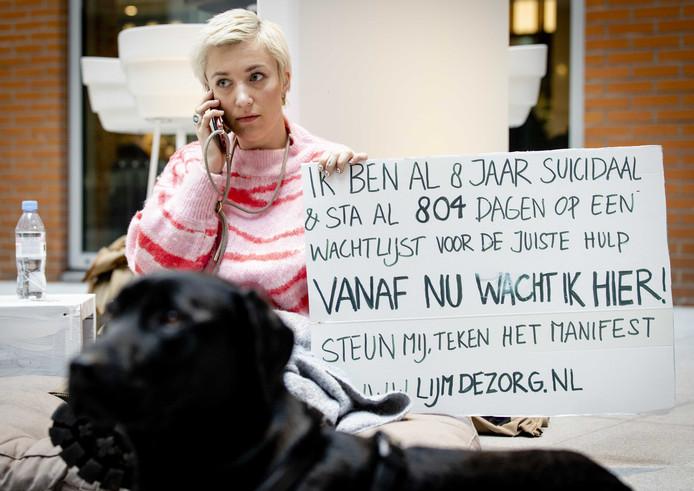 Charlotte Bouwman protesteert tijdens Blue Monday in de hal van het ministerie van Volksgezondheid, Welzijn en Sport tegen de wachtlijsten in de GGZ.