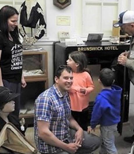 Toerist kraakt bij toeval code van antieke kluis en vindt 'schat'