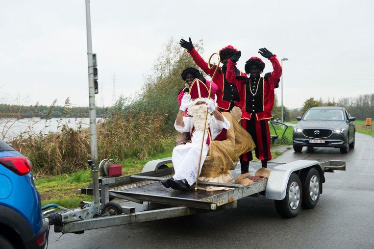 Geen stoomboot, wel een aanhangwagen voor de Sint.